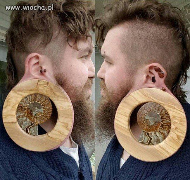 Drobna ozdoba w uchu