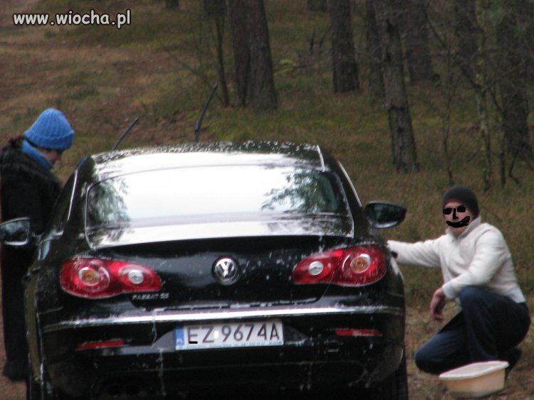 Mycie auta w lesie