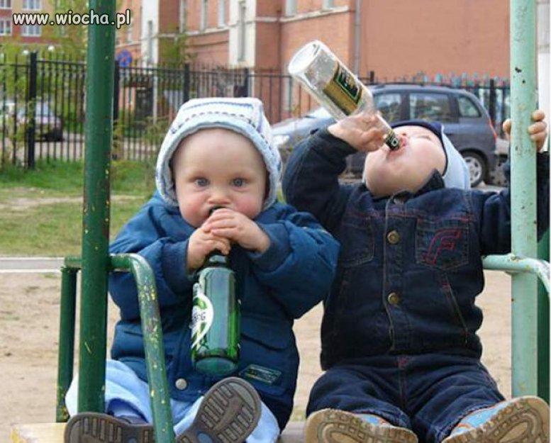 - Maniuś chowaj to piwo, sąsiadka idzie!!!