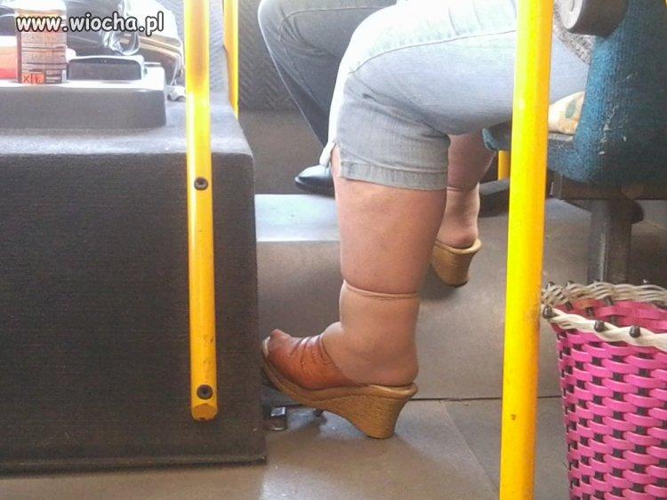 Sekretarka ze szkoły ma ponętne nóżki.