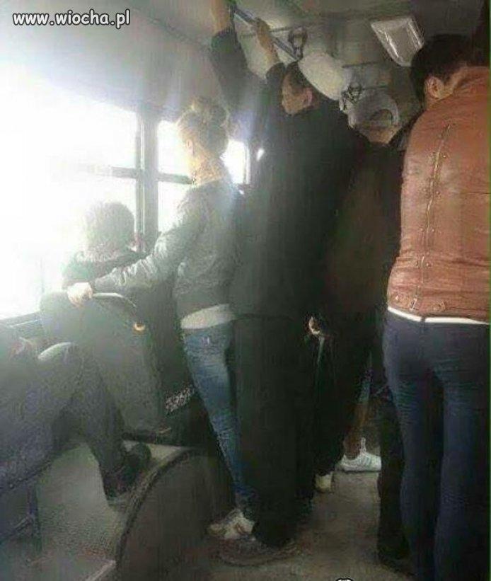 Ścisk w tym autobusie dzisiaj niesamowity.