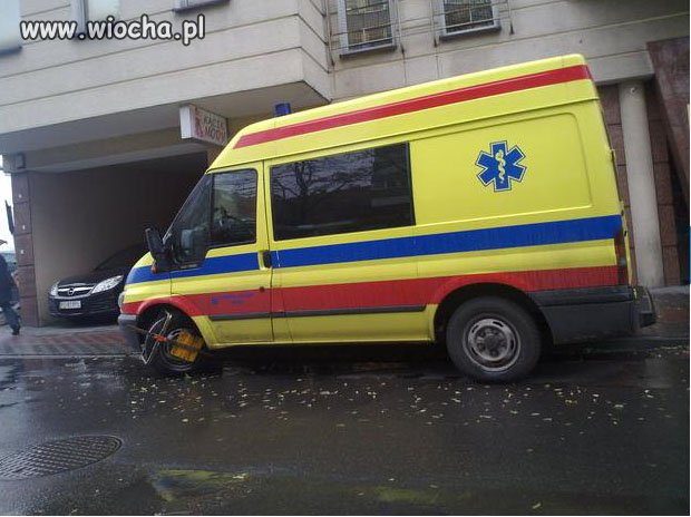 Założyć ambulansowi blokadę na koło...