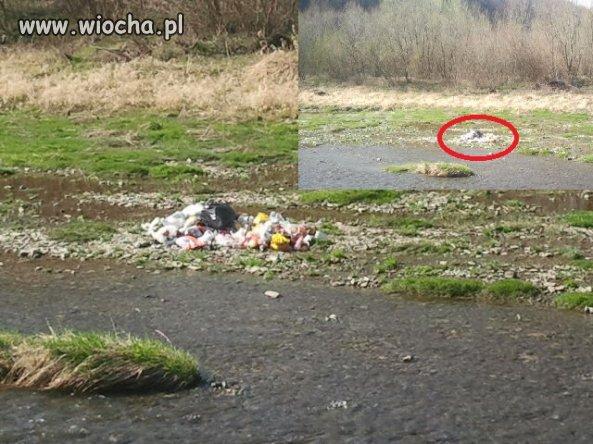 Wyrzucanie śmieci do rzeki, to dopiero wiocha...