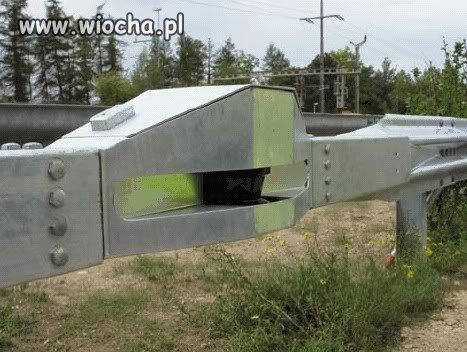 Fotoradar w barierze enrgochłonnej na autostradzie