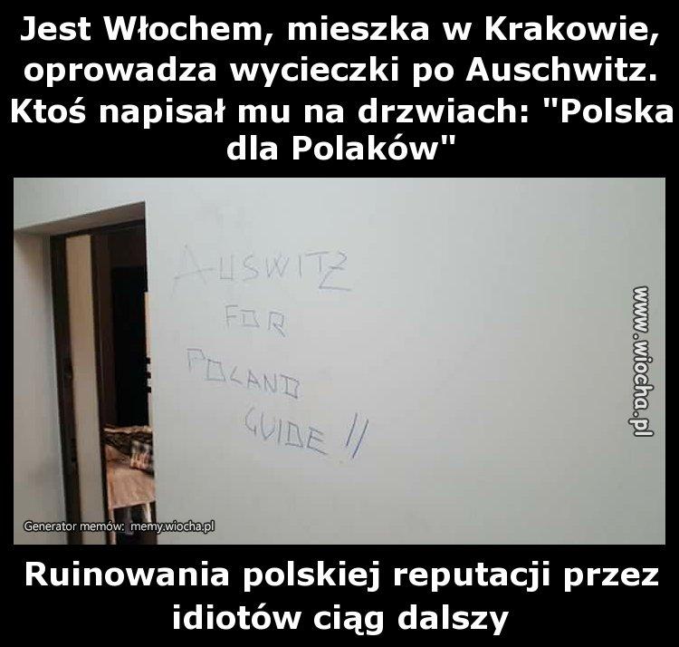 Jest Włochem, mieszka w Krakowie, oprowadza