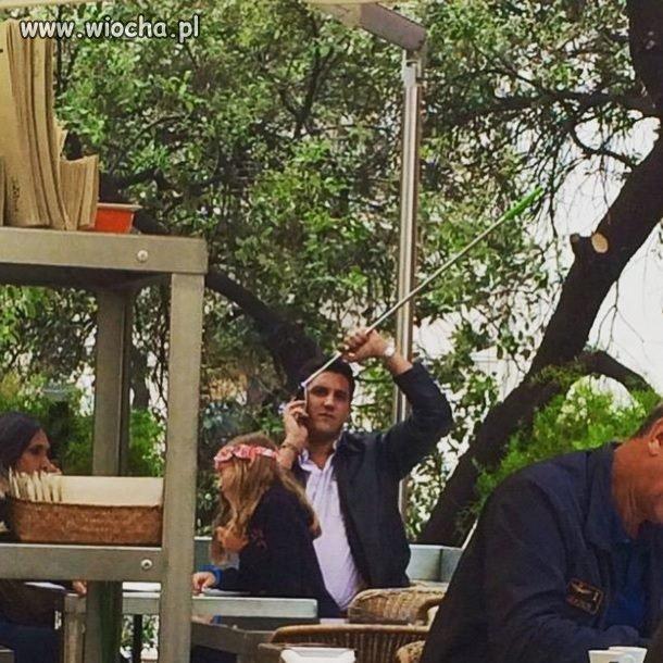 Facet robiący selfi z przystawki wygląda głupio