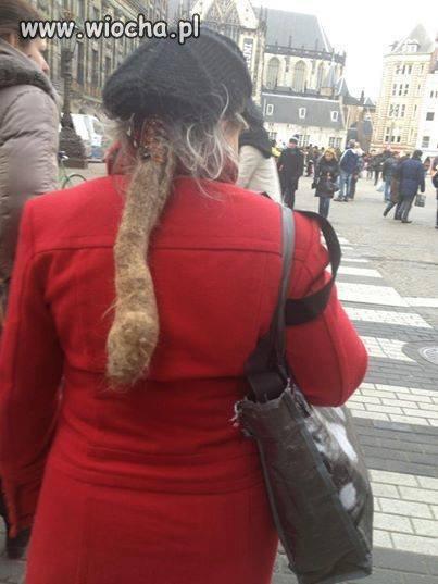 Coś jej zdechło na plecach?