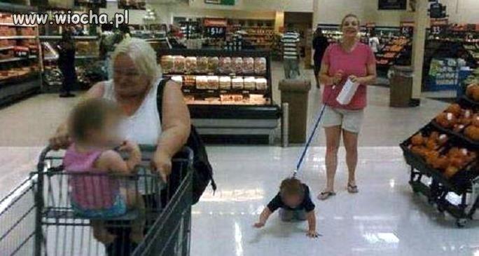 Mama z dzieckiem na zakupach
