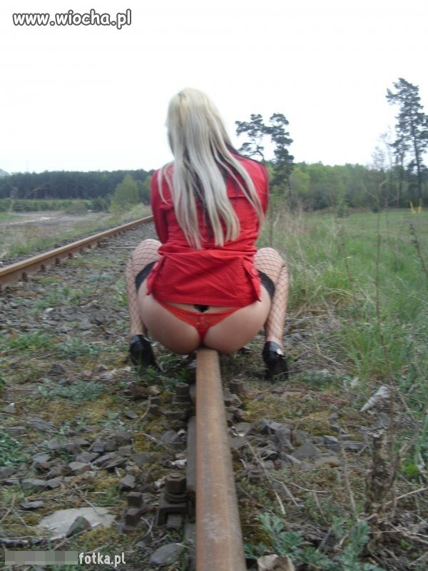 Jak myślicie, czeka aż pociąg w nią wjedzie,