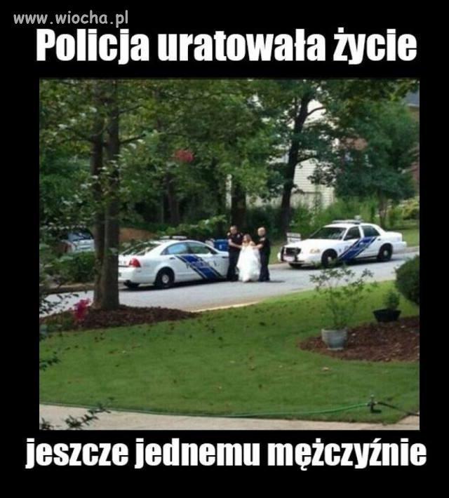 Policja ratuje życie mężczyźnie.