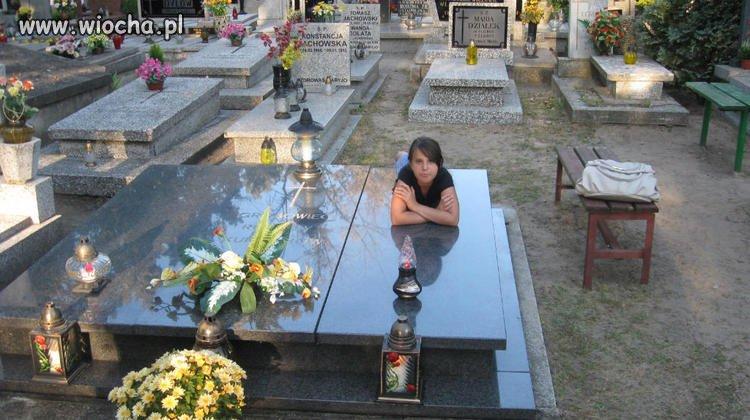 Sweet  focia na cmentarzu.
