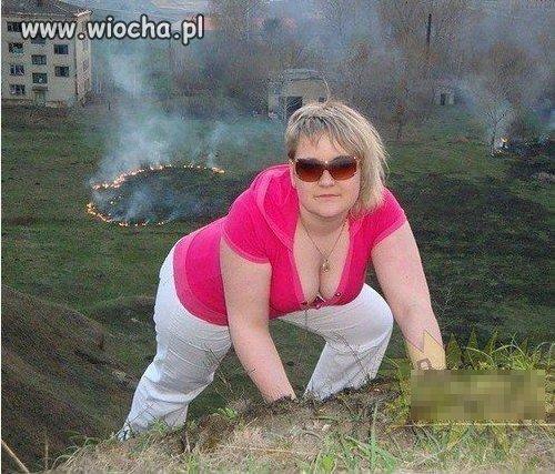 Urocza fotka na tle wypalanej trawy