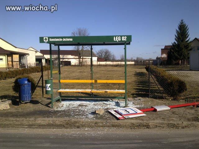 Zdewastowany nowy przystanek autobusowy