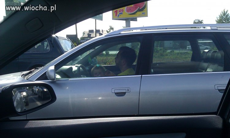 Dziecko przewożone na kolanach kierowcy