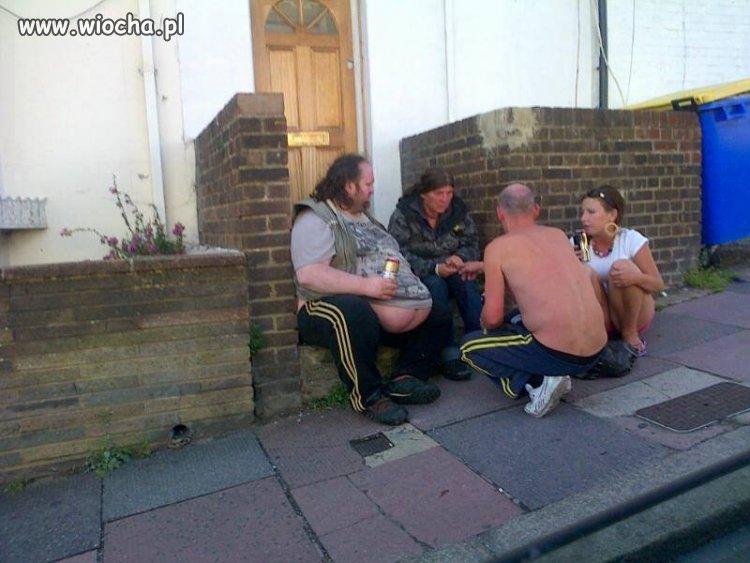 Pijacy przed domem