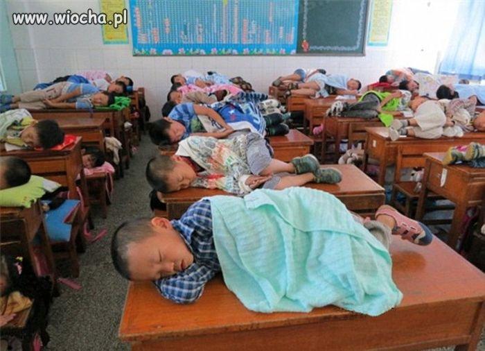 Leżakowanie dzieci w chińskiej szkole...