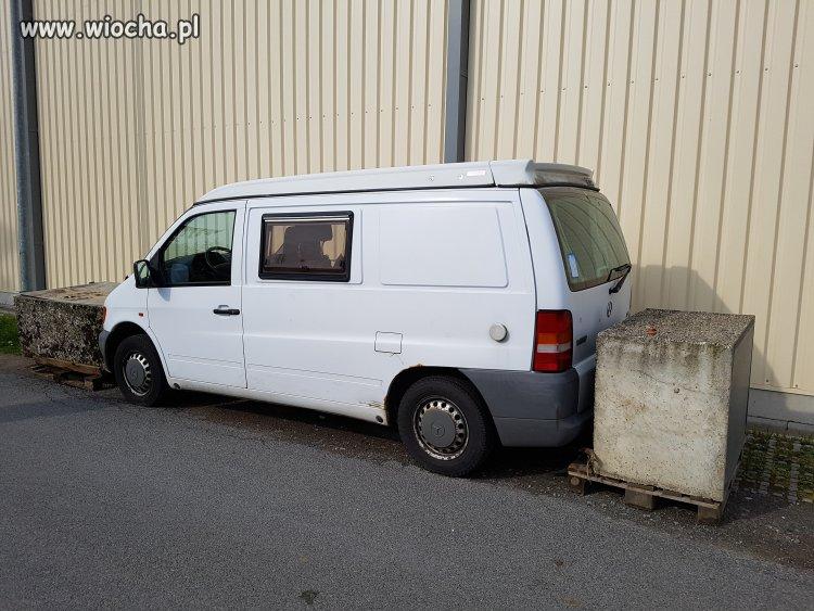 Kara za złe parkowanie.