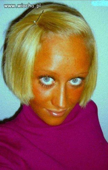 Blond włoski, róż i ten pomarańczowy wyraz twarzy.