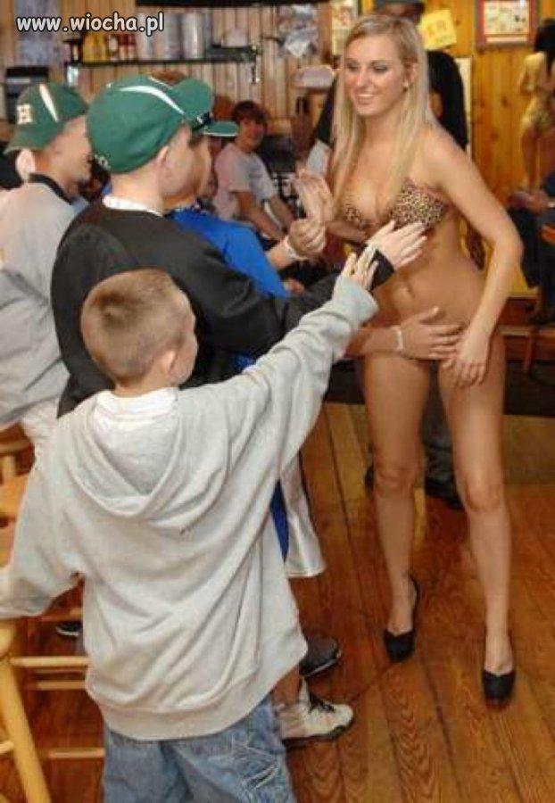 Blondi zajmuje dzieciaki