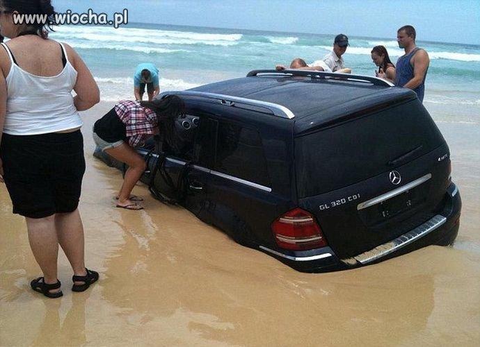Chciał się mercem pochwalić na plaży