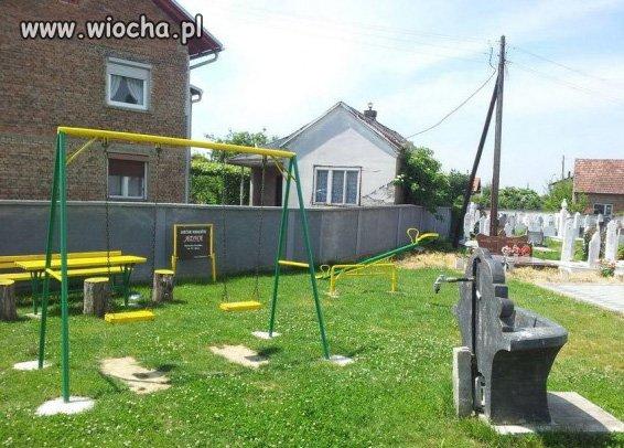 Plac zabaw na cmentarzu!!!
