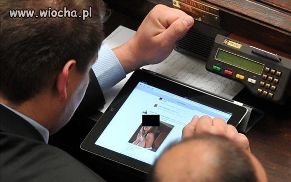 Posłowie oglądają pornosy na tabletach w Sejmie!