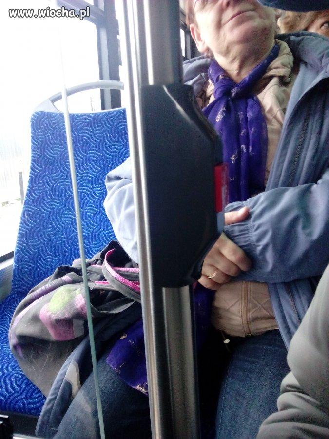 Bo zakupy się zmęczyły, a autobus wypchany ludźmi