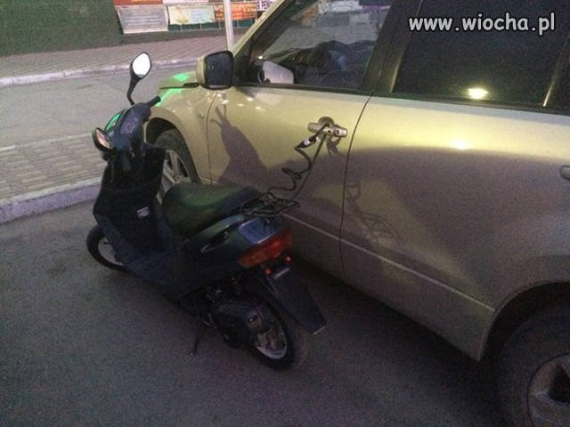 Kradnąc skuter...