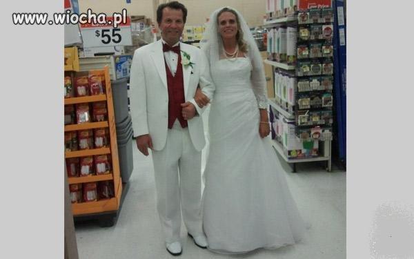 Ślubne zdjęcie na tle sklepowych regałów !?!