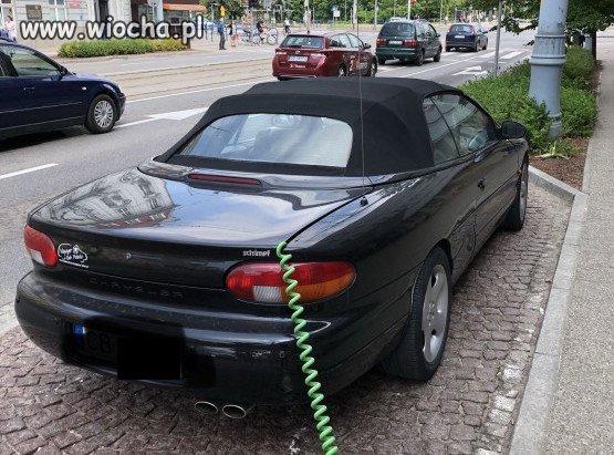 Udawał, że jego samochód jest... elektryczy...