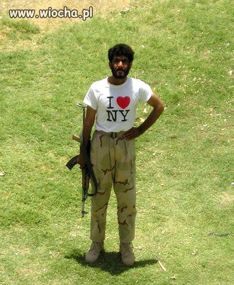Choc jego koszulka nikogo nie odstrasza
