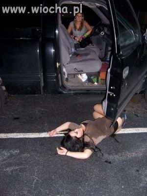 Wzięła i wysiadła z samochodu