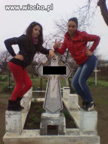 A tymczasem na cmentarzu debilizm sięgnął zenitu...