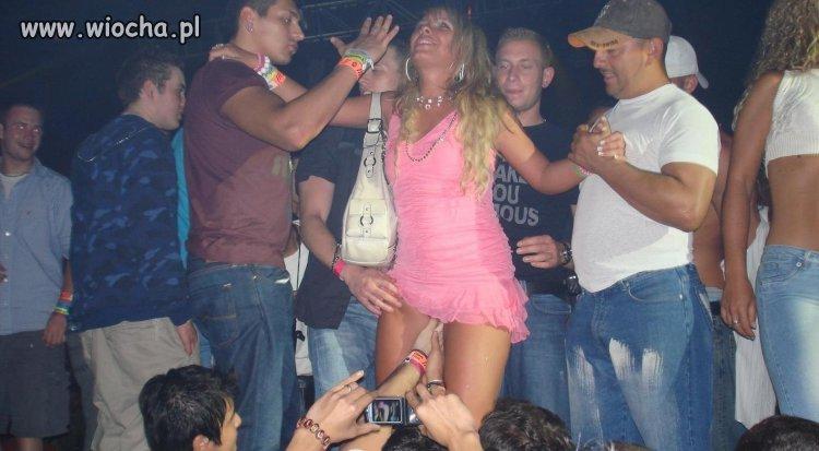 Różowa blondynka w dyskotece