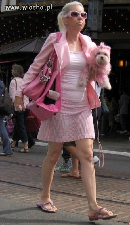 Że ona jest na różowa to nic