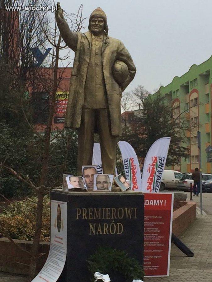 Złoty pomnik Tuska u mnie w mieście