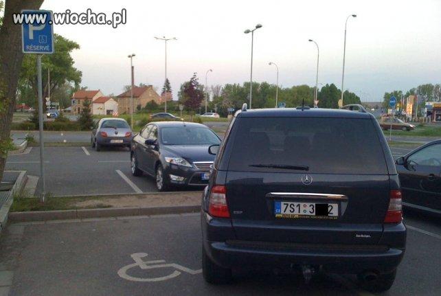 """Z serii """"mistrzowie parkowania""""..."""