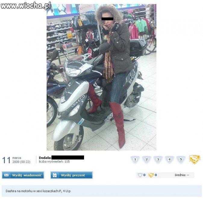 Dziunia na motorze w supermarkecie