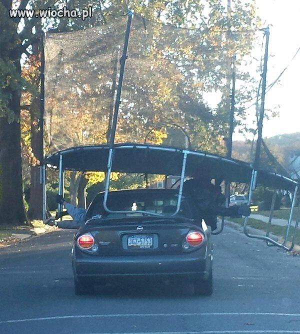 Ciekawe czy kierowca też trzyma trampolinę?