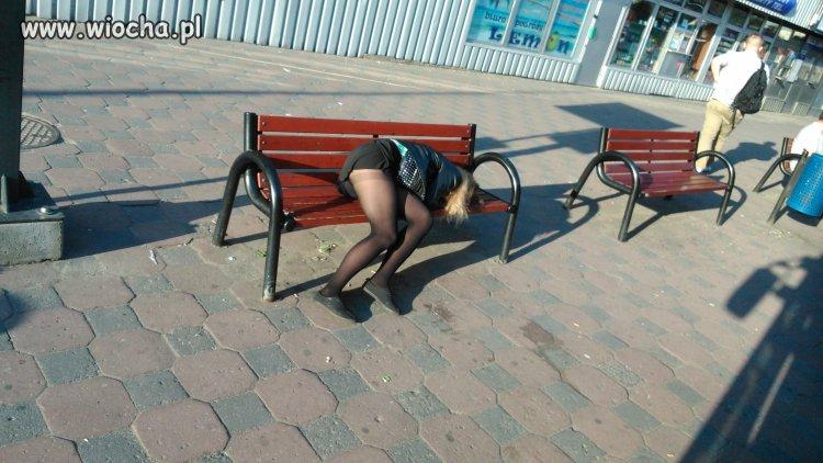 Czekała na autobus. Rano w niedzielę...