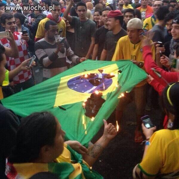 Przegrali mecz- Podpalili własną Flagę