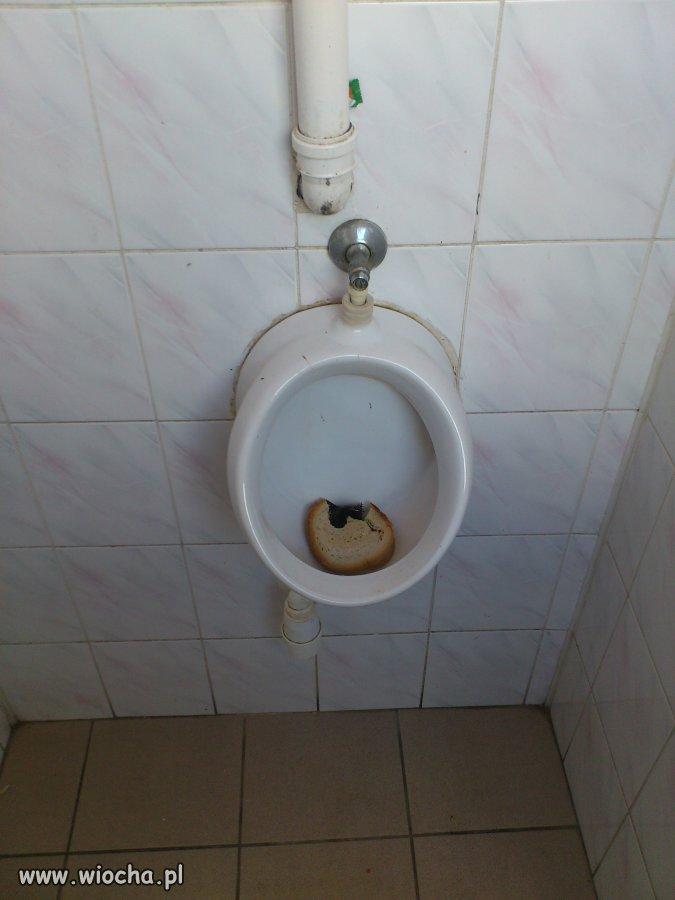 W łazience w gimnazjum