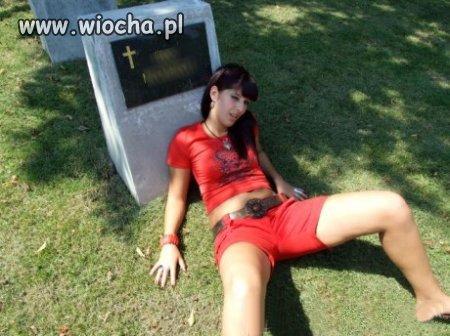 Kolejna cmentarna modelka...