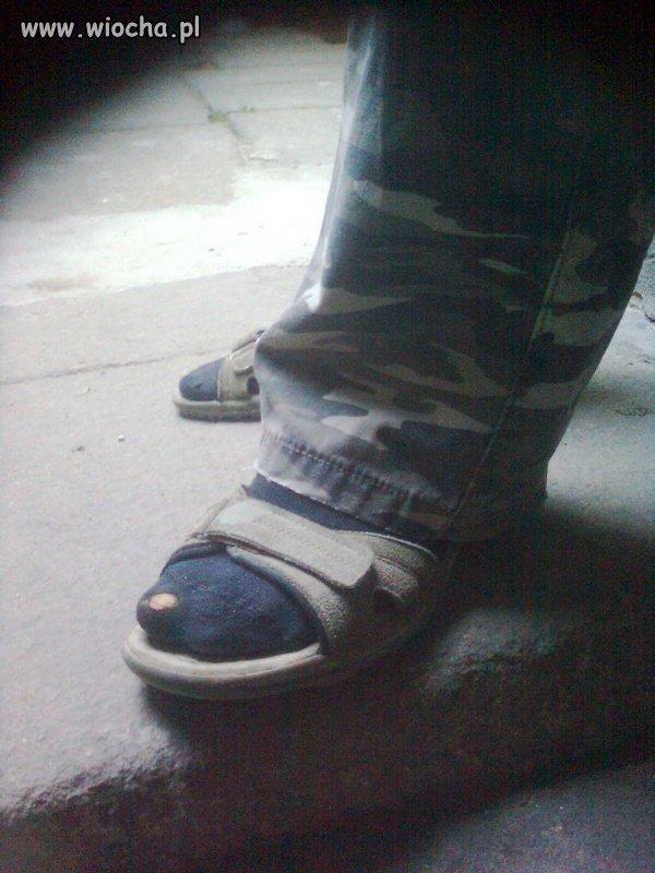 Moro spodnie, sandały, skarpety.. i ta dziura mmm