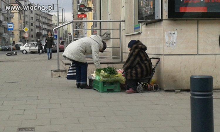 Dzi� w wyniku prowokacji s��b babcia sprzedaj�ca