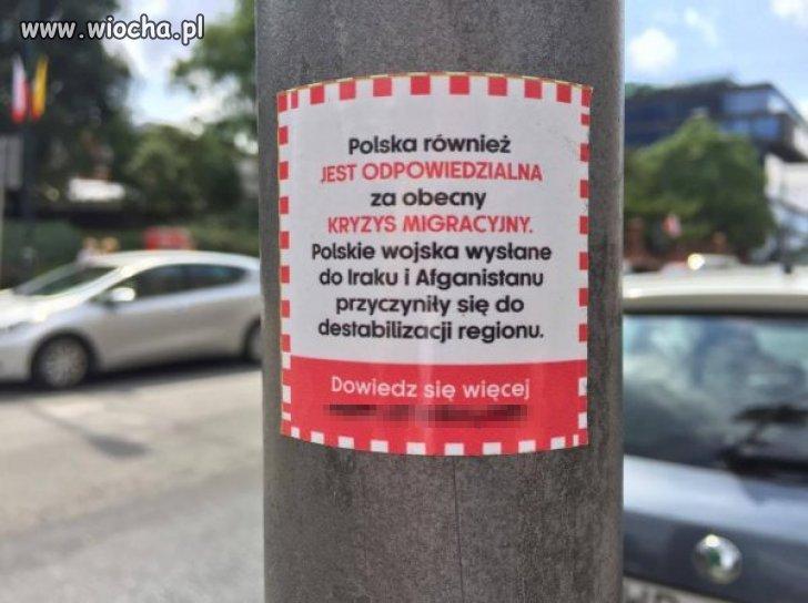 W Warszawie pojawiły się wlepki oskarżające Polskę