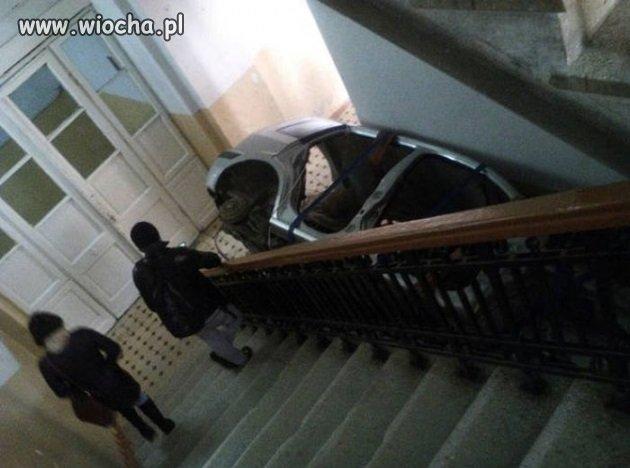 Tymczasem na klatce schodowej