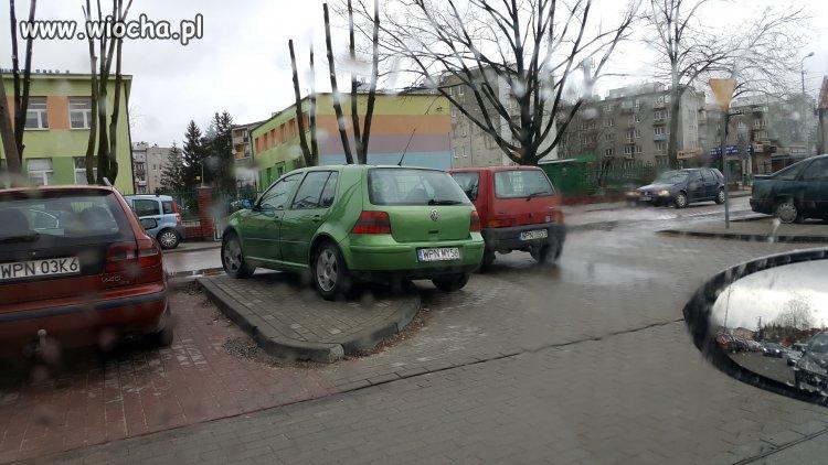 Mistrz parkowania na środku wyjazdu Płońsk