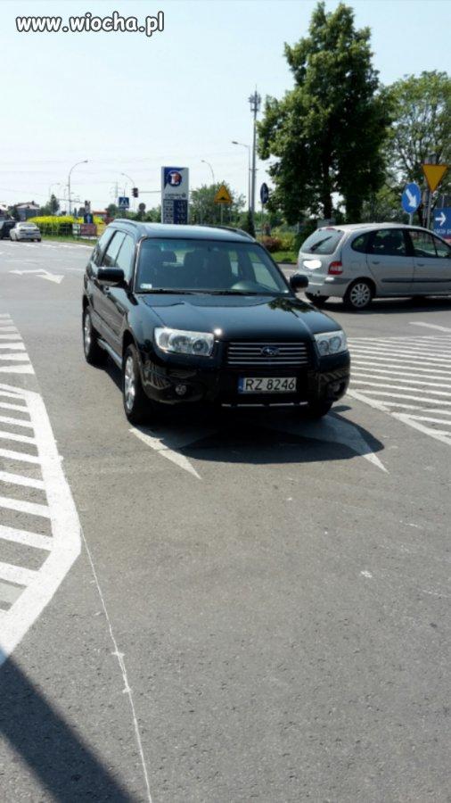 Król parkowania na środku drogi - Leclerc Rzeszów