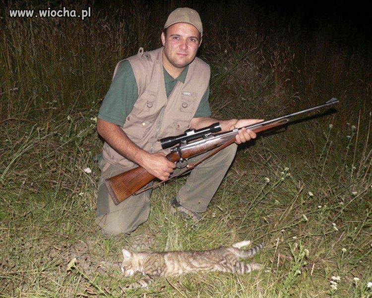 Pochwalił się swoją głupotą ,bronią i trafionym kotem